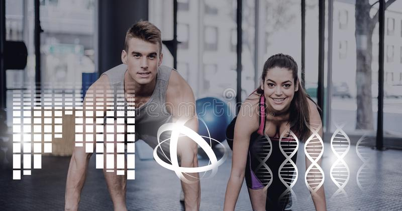 Atletisch geschikt paar in gymnastiek met gezondheidsinterface royalty-vrije stock foto's