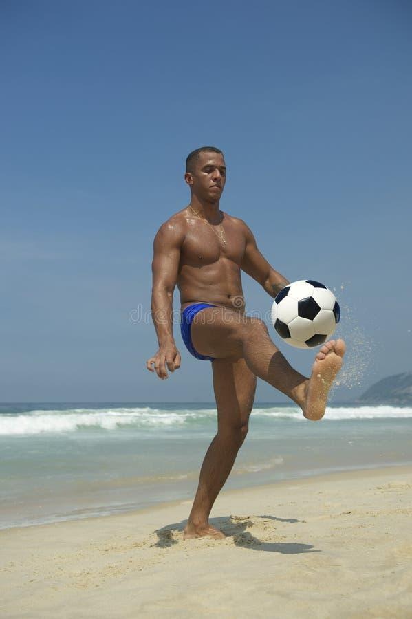 Atletisch Jong Braziliaans Mens het Jongleren met Voetbalstrand royalty-vrije stock fotografie