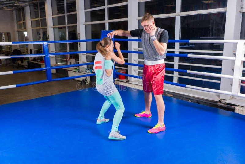 Atletisch jong paar in sportkleding het praktizeren het in dozen doen in regelmatig stock fotografie