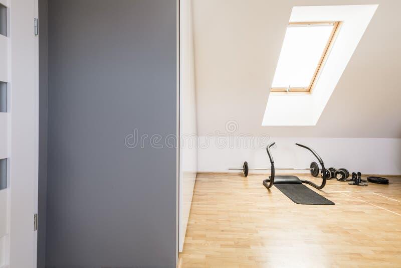 Atletisch materiaal op houten vloer in het binnenland van de huisgymnastiek in a stock afbeelding