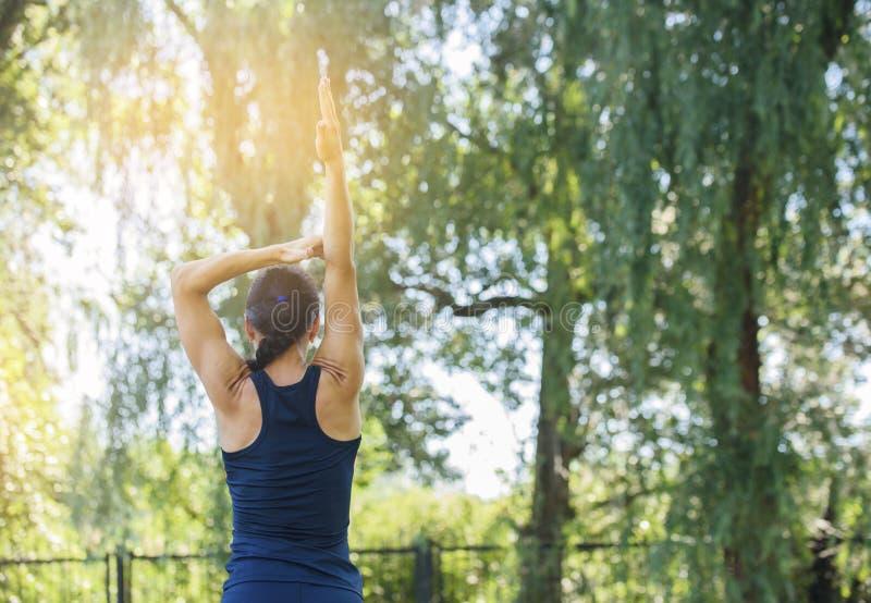 Atletisch meisje die in een park uitwerken Mooie in reliëf gemaakte rug royalty-vrije stock foto