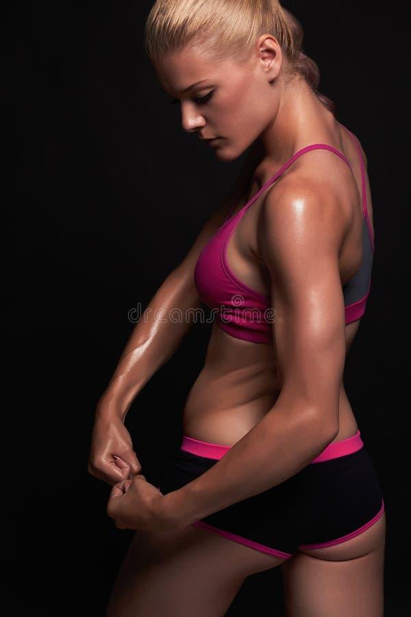 Atletisch meisje gymnastiekconcept spiergeschiktheidsvrouw, opgeleid vrouwelijk lichaam Gezonde Levensstijl stock foto