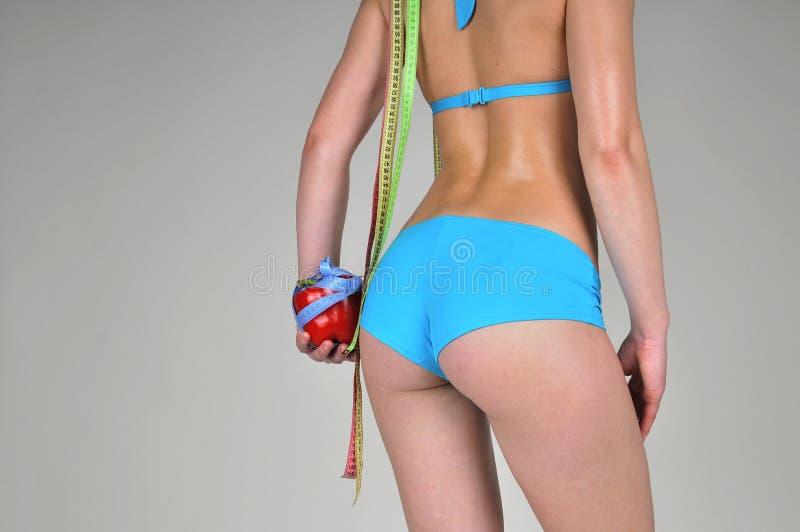 Atletisch meisje met Spaanse peper en centimeters. royalty-vrije stock foto