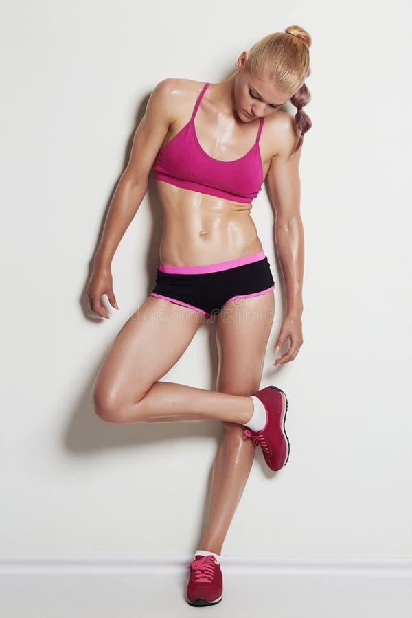 Atletisch meisje in roze tennisschoenen stock afbeelding