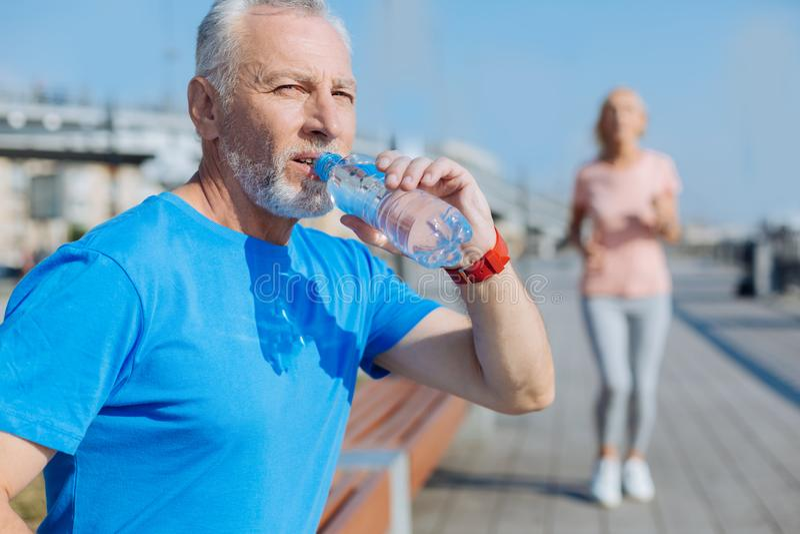 Atletisch mensen drinkwater na ochtendlooppas royalty-vrije stock afbeeldingen