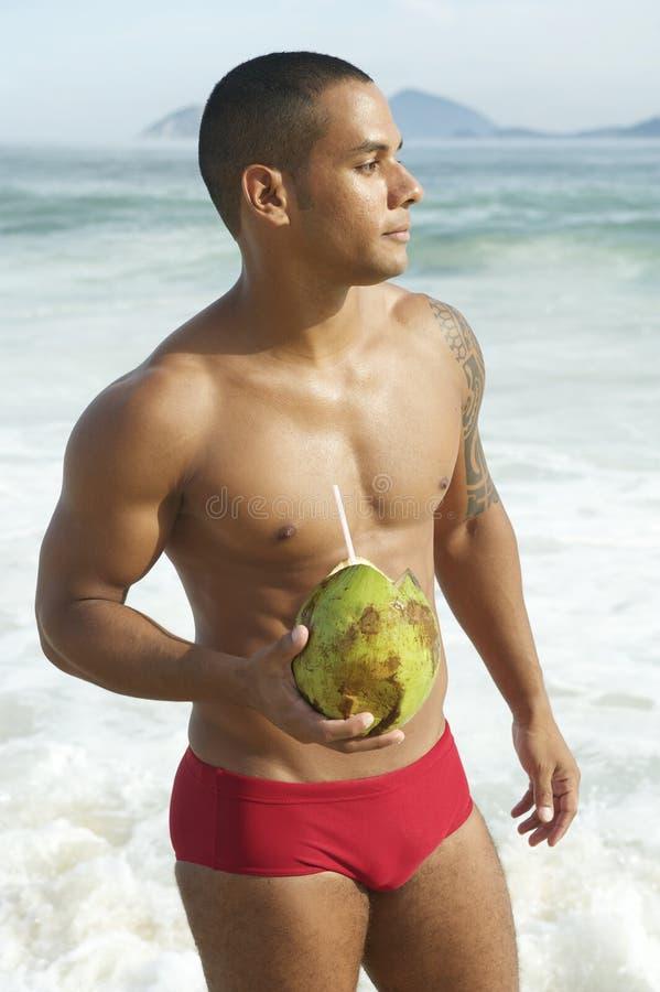 Atletische Braziliaanse Mens het Drinken Kokosnoot Rio Beach stock foto