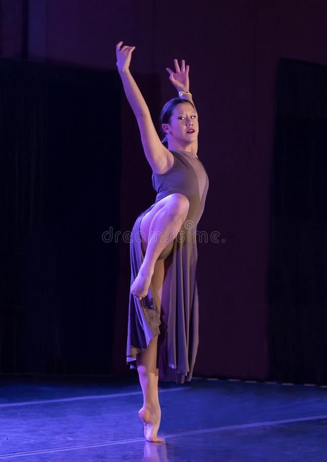 Atletische die dansbeweging door een Amerasian-tiener wordt uitgevoerd royalty-vrije stock foto's