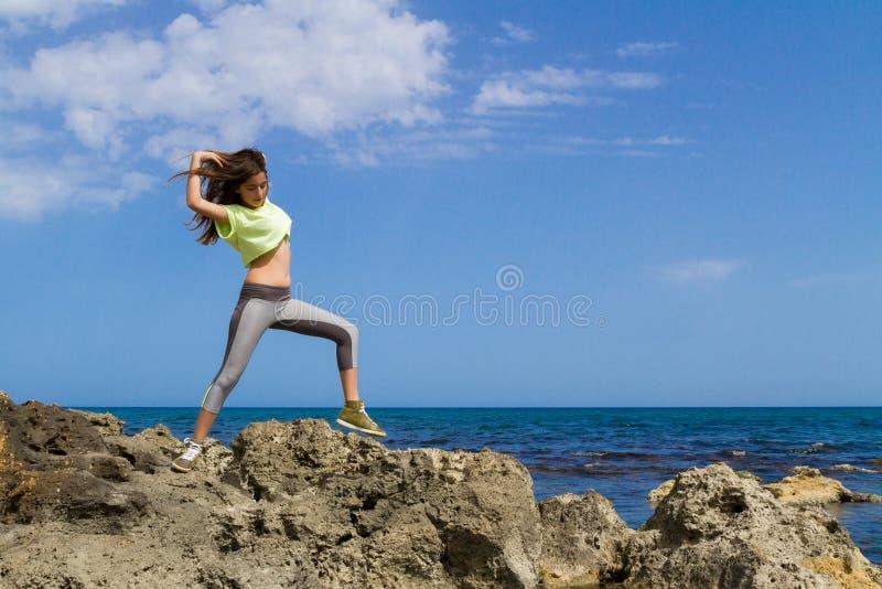 Atletische donkere haired tiener die langs uitwerken royalty-vrije stock fotografie