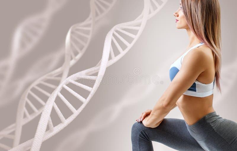 Atletische geschiktheidsvrouw die zich onder DNA-kettingen bevinden stock afbeelding