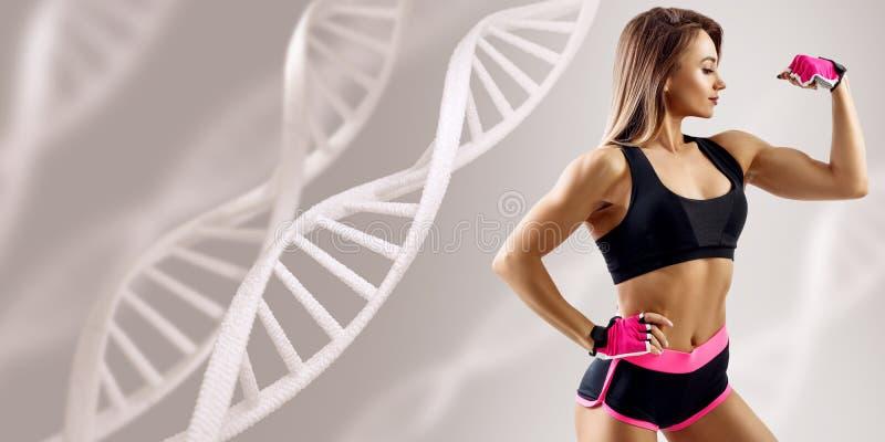 Atletische geschiktheidsvrouw die zich onder DNA-kettingen bevinden stock afbeeldingen