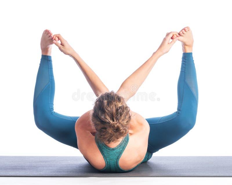Atletische jonge blondevrouw die die yogapraktijk doen op witte achtergrond wordt geïsoleerd royalty-vrije stock afbeelding
