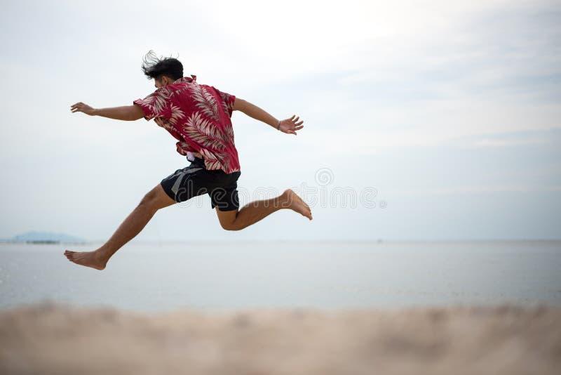 Atletische jonge mens die van de zomer genieten stock fotografie