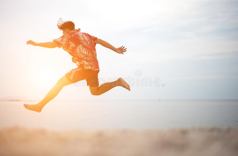 Atletische jonge mens die van de zomer genieten stock foto