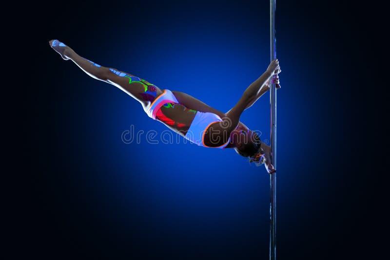 Atletische jonge vrouw die doend spleten op pyloon stellen royalty-vrije stock fotografie