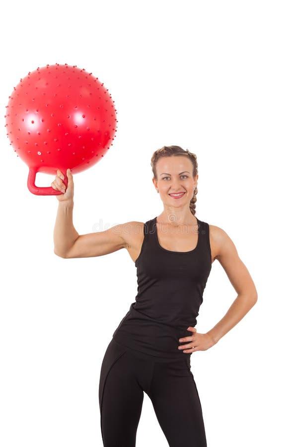 Atletische jonge vrouw met rode bal stock afbeelding