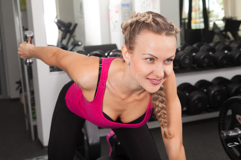 Atletische jonge vrouw opleiding met domoor royalty-vrije stock foto's