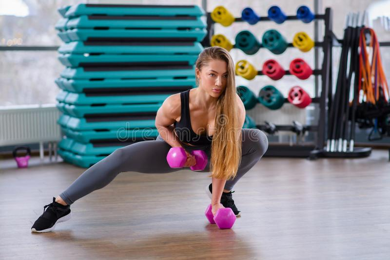 Atletische jonge vrouw tijdens training bij geschiktheidsklasse Mooi sexy meisje met het perfecte lichaam en vorm stellen met stock foto's