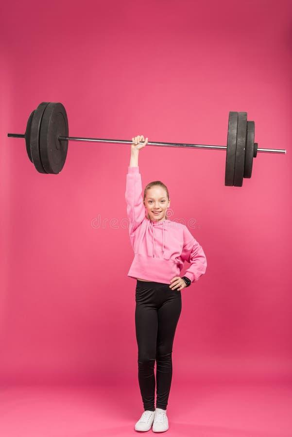 atletische kereltje opleiding met geïsoleerde barbell, stock foto's