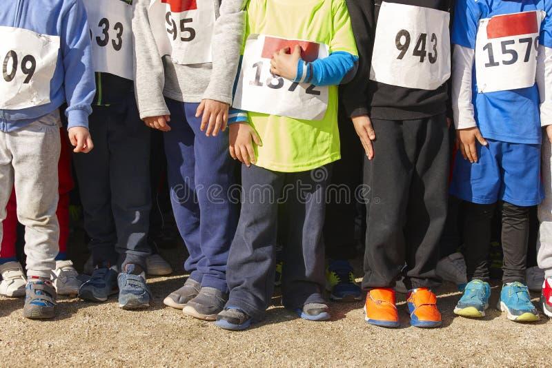 Atletische kinderen klaar om een dwarsrace van het land te beginnen outdoors royalty-vrije stock foto's