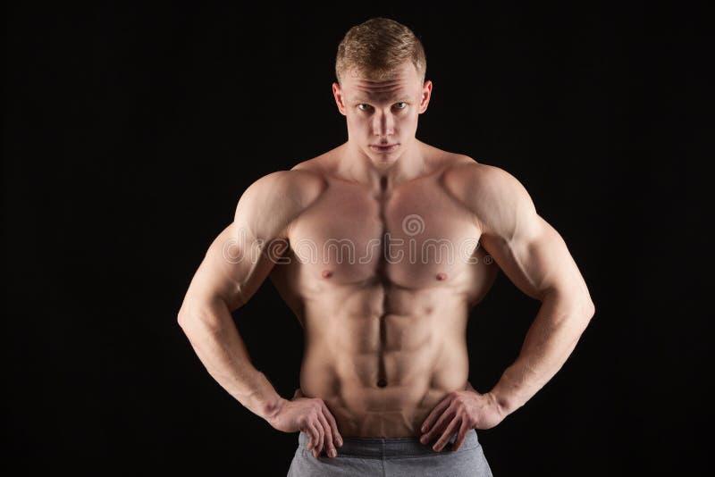 Atletische knappe abs van mensen geschiktheid-model tonende zes pakken Geïsoleerd op Zwarte Achtergrond met Copyspace stock foto