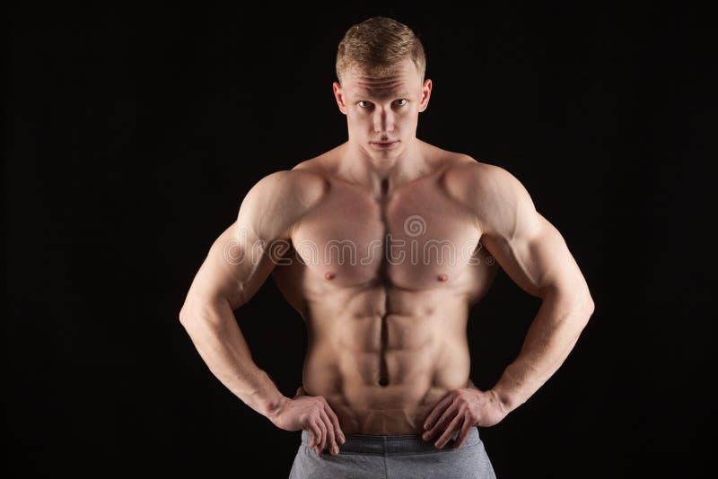 Atletische knappe abs van mensen geschiktheid-model tonende zes pakken Geïsoleerd op Zwarte Achtergrond met Copyspace stock foto's