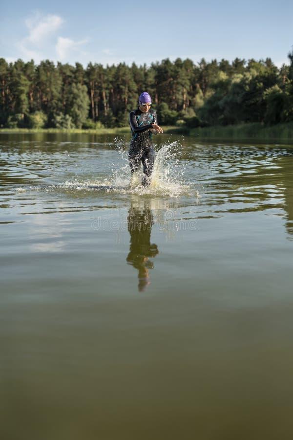 Atletische meisjeslooppas op het water royalty-vrije stock afbeeldingen