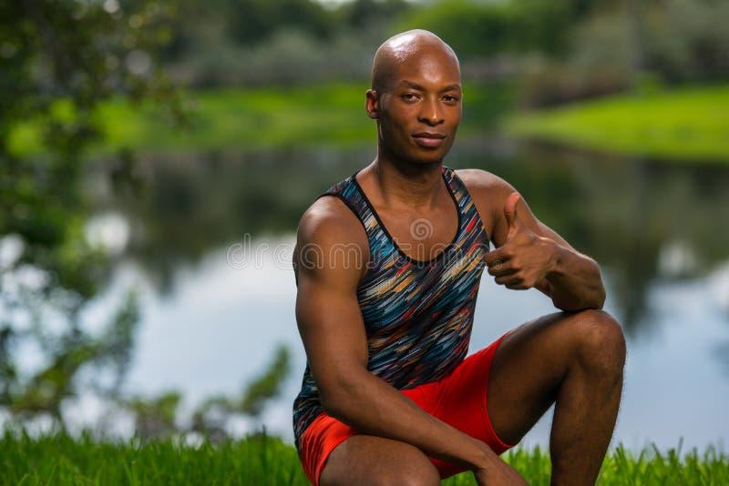 Atletische mens die een thumbsupgebaar tonen royalty-vrije stock foto