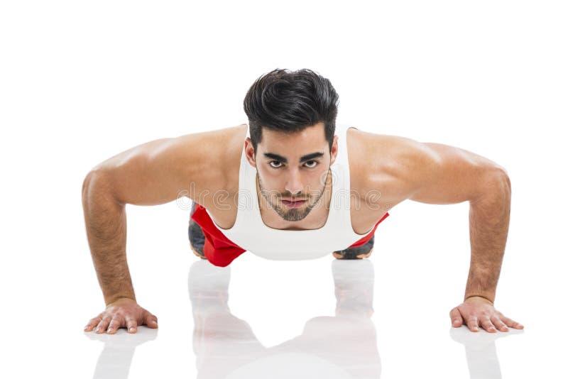Atletische mens die opdrukoefening doen stock fotografie