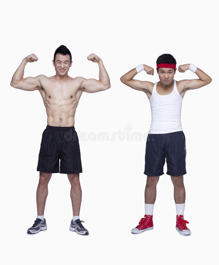 atletische mens en van de trainingbeginner verbuigingsbicepsen, tegengestelde, studioschot stock afbeelding