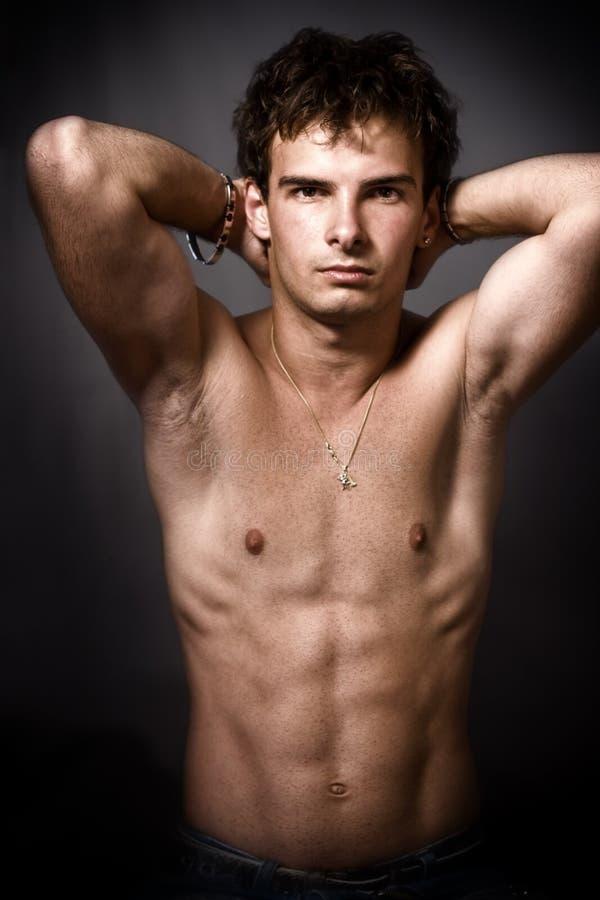 Atletische mens met fijne spierbuik stock foto