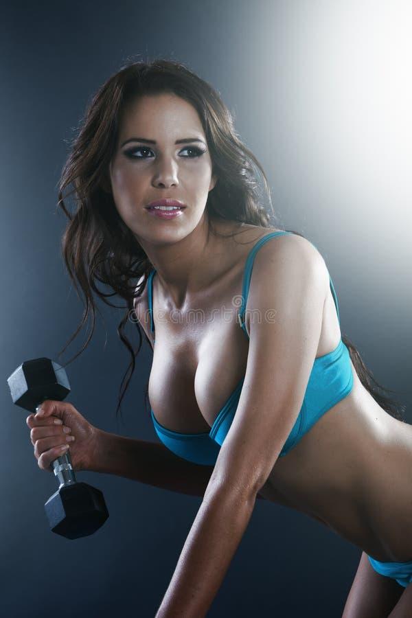 Atletische sexy jonge dame die training doen stock foto's