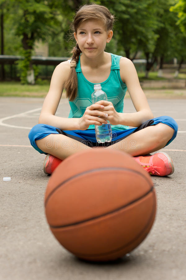 Atletische tiener die gebotteld water drinken royalty-vrije stock fotografie