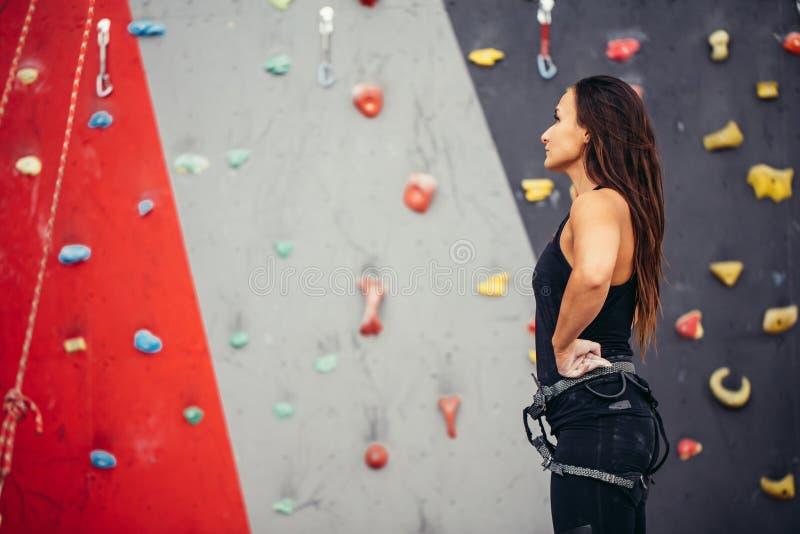 Atletische vrouw die voor kabel voorbereidingen treffen die oefening beklimmen bij de lokale gymnastiek B royalty-vrije stock afbeeldingen
