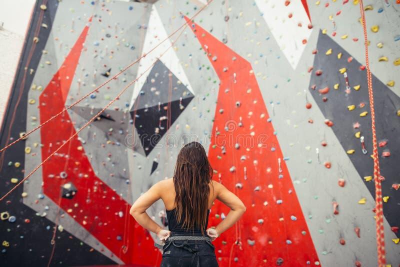 Atletische vrouw die voor kabel voorbereidingen treffen die oefening beklimmen bij de lokale gymnastiek B stock afbeelding