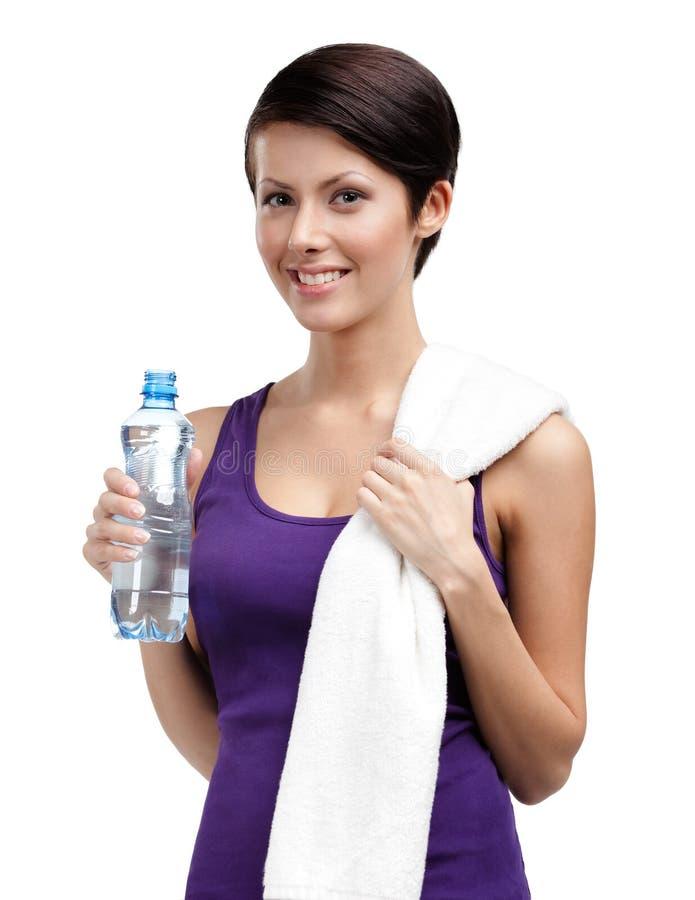 Atletische vrouw met fles van water en handdoek royalty-vrije stock foto