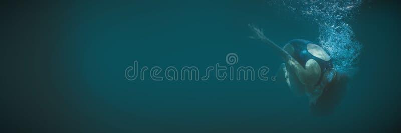 Atletische zwemmer die een salto mortale doen onderwater stock foto's