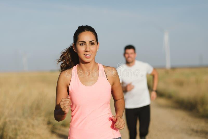 Atlety biega wpólnie przy drogą gruntową fotografia stock
