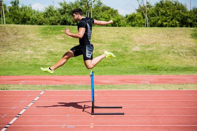 Atlety doskakiwanie nad przeszkoda zdjęcie stock