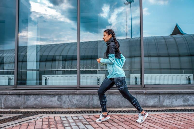 Atlety dziewczyny bieg bawi si? jogging sta?owego lata miasto Poj?cie sprawno?ci fizycznej ?wie?e powietrze, aktywny styl ?ycia t fotografia stock