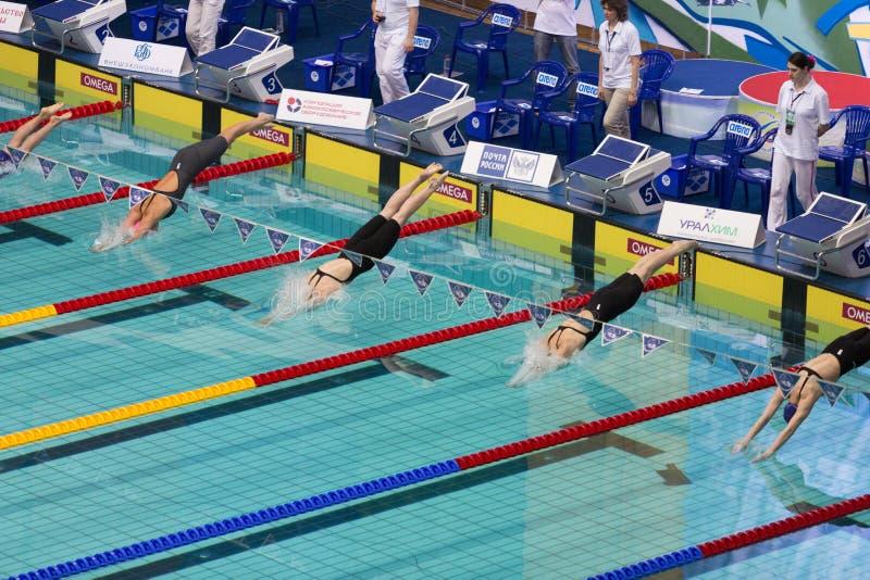 Atlety kobiety nur w basen zdjęcia stock