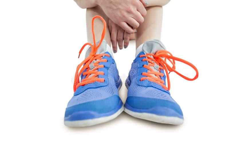 Atlety kobiety obsiadanie z sportów butami zdjęcia royalty free