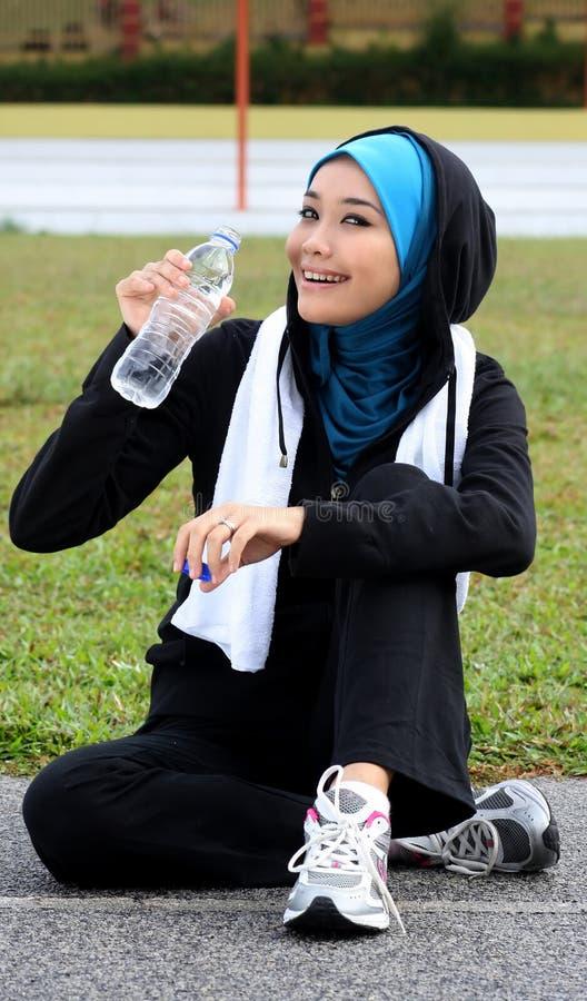 atlety napoju muzułmańska ładna odpoczynkowa kobieta zdjęcie royalty free