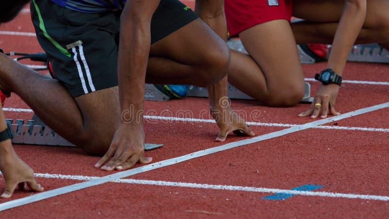 Atlety przy zaczyna pozycją gotową zaczynać rasy fotografia stock