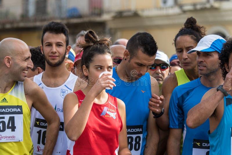 Atlety przygotowywać zaczynać podczas maratonu trzymającego w Sicily zdjęcia royalty free