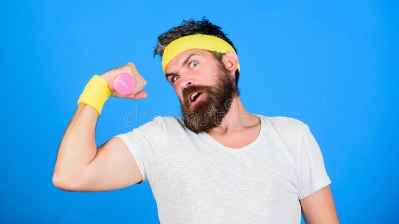 Atlety szkolenie z ślicznym dumbbell Mężczyzna brodata atleta ćwiczy dumbbell Jeżeli ty chcesz być silny niepłonny zdjęcie stock