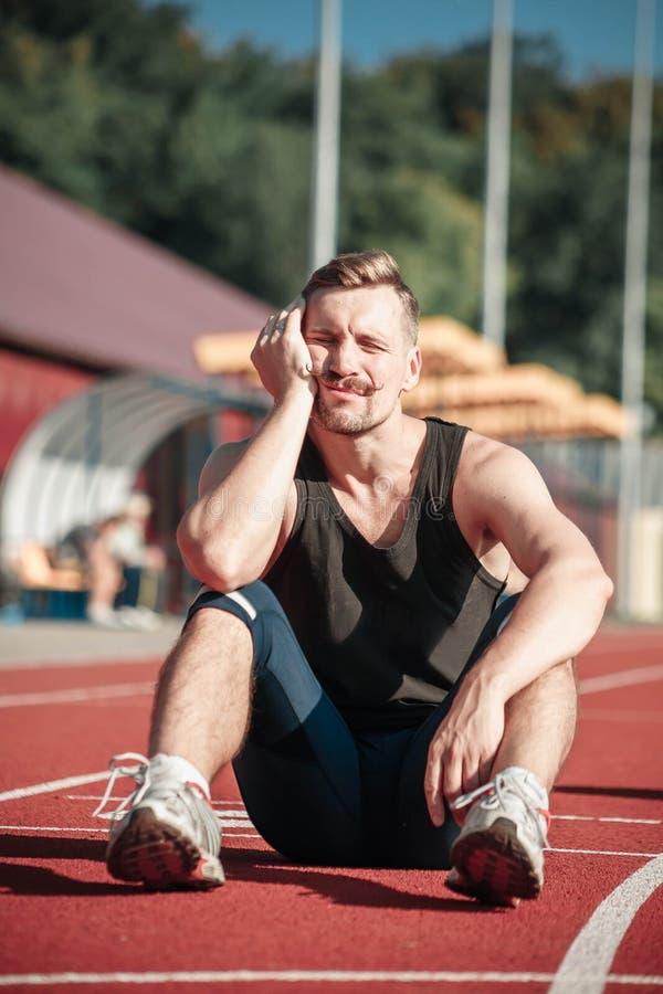 Atlety uśpiony siedzieć w stadium obrazy royalty free
