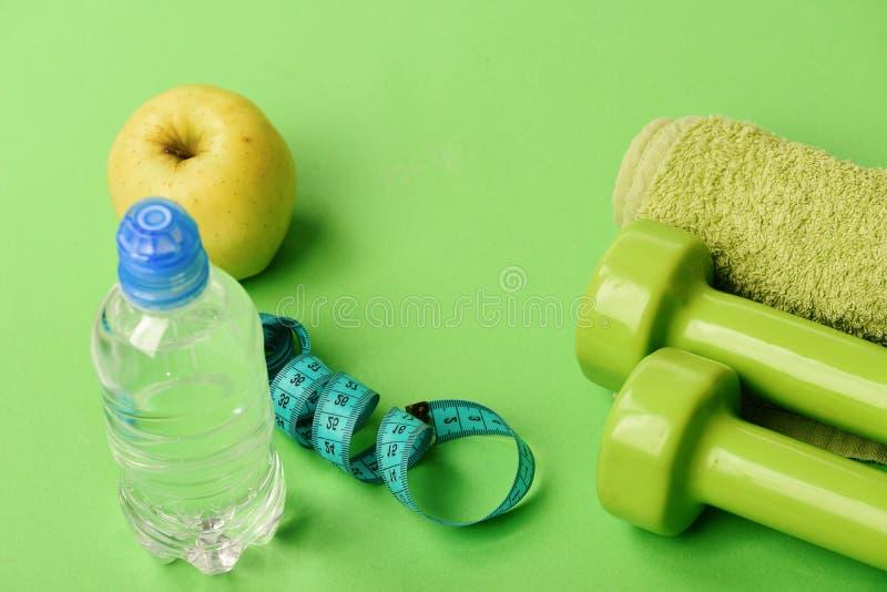 Atletyka i ciężar straty pojęcie Barbells i ręcznikowy pobliski jabłko obraz royalty free