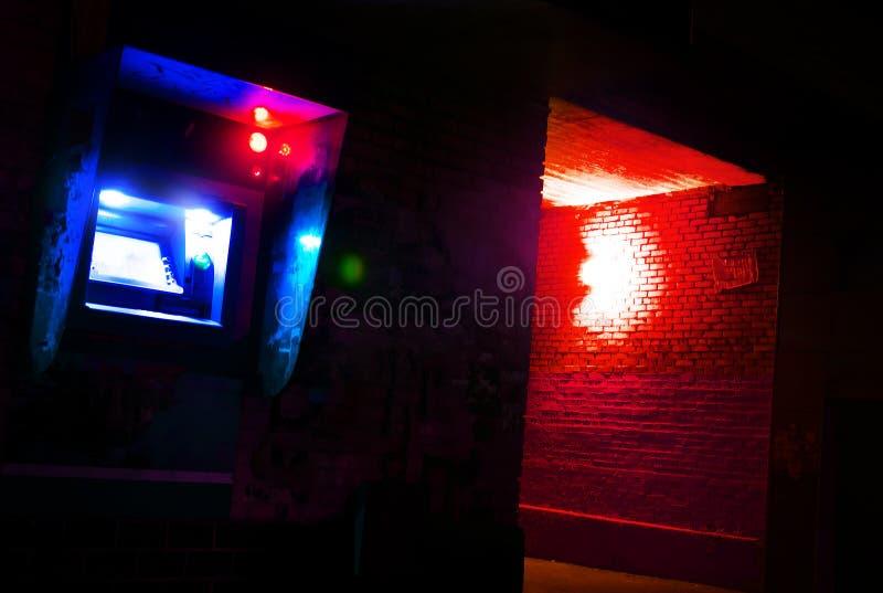 Atmósfera azul en la noche en una calle oscura, actividad criminal, peligro de ladrones imagenes de archivo