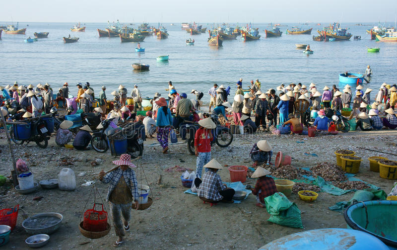 Atmósfera cantada en el mercado de los mariscos en la playa fotos de archivo libres de regalías