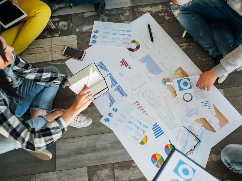 Atm?sfera de funcionamiento relajada del negocio de Millennials imagen de archivo